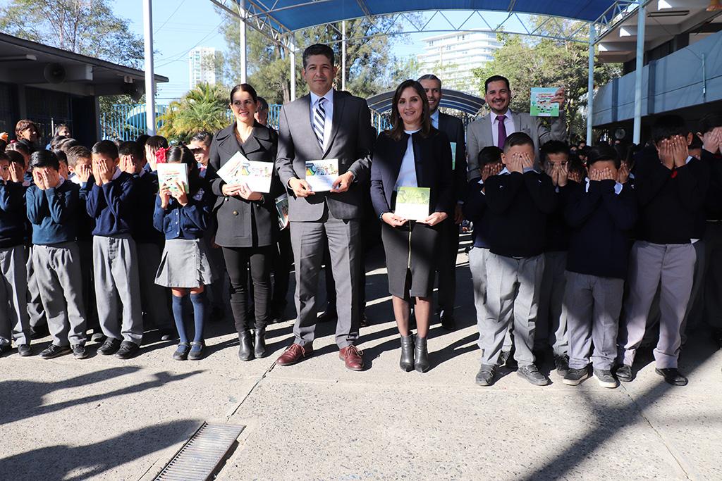 Entrega Pleno del ITEI Cuadernillos en materia de transparencia y protección de datos personales en Educación Básica de Jalisco para alumnos y docentes de 4to grado